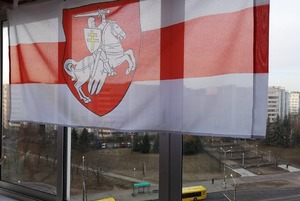 Беларусы начали вывешивать бело-красно-белые флаги у себя в окнах: Фото